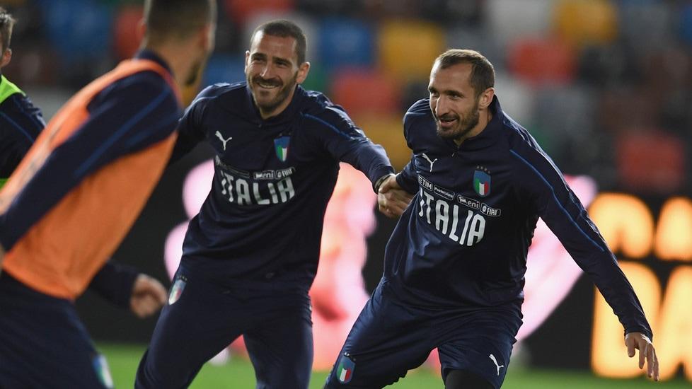 I difensori bianconeri si mostrano rilassati alla Dacia Arena di Udine, alla vigilia dell'esordio nelle qualificazioni a Euro 2020. Il clima divertito coinvolge anche i più giovani nella nazionale del ct Mancini