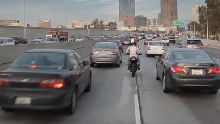 Moto e sorpassi tra le auto nel traffico: negli Usa è legge