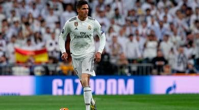 AS: «Ecco il piano del Real Madrid per convincere Varane a restare»