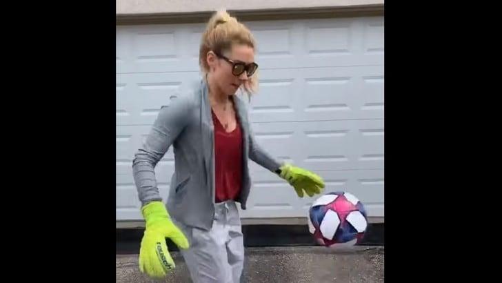 Mikaela Shiffrin palleggia con i guanti di Szczesny