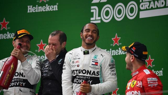 Hamilton vince anche in Cina: grande felicità sul podio del millesimo Gp della F1!