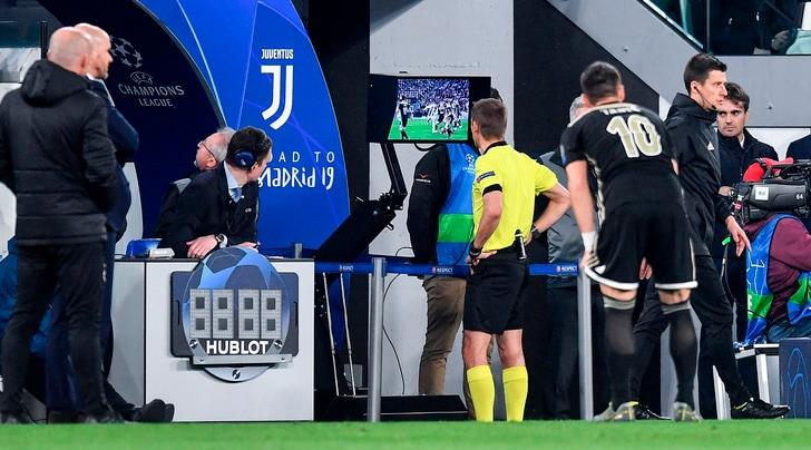 Juve-Ajax, la moviola: è più fianco che mano, Blind non è da rigore