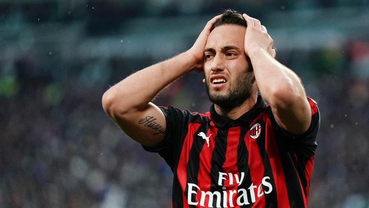 Fanatik: «West Ham o Leicester per Calhanoglu. Il Milan chiede 30 milioni di euro»