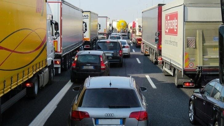 Amsterdam, stop all'inquinamento: dal 2030, divieto per auto benzina e diesel