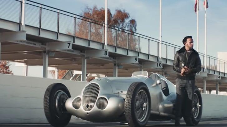 Hamilton sfida uno Spitfire con la Mercedes W125 - Il video