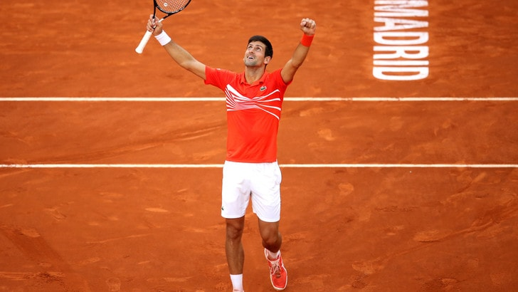 Tennis, Madrid: Tsitsipas si arrende, vince Djokovic