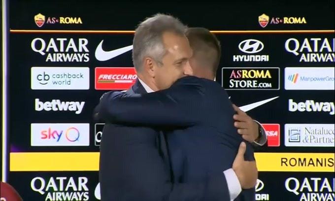 Roma, De Rossi abbraccia i compagni uno per uno