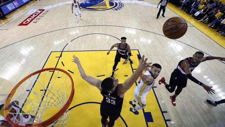NBA Playoff: Curry show, Golden State batte Portland in gara-1