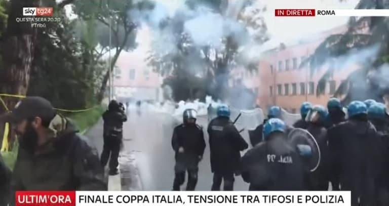 Coppa Italia, scontri fuori dall'Olimpico tra ultrà della Lazio e polizia
