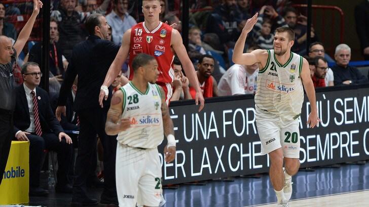 L'Olimpia Milano perde Gara-1 contro Avellino. Brindisi ko a Sassari