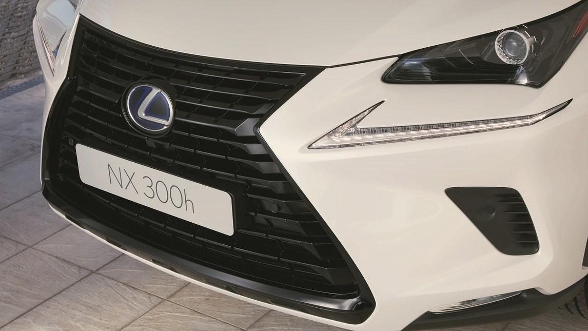 Lexus NX Hybrid Sport pack: tutte le foto