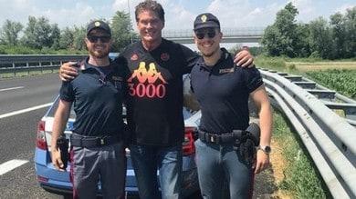 David Hasselhoff, selfie con gli agenti della Stradale dopo un controllo
