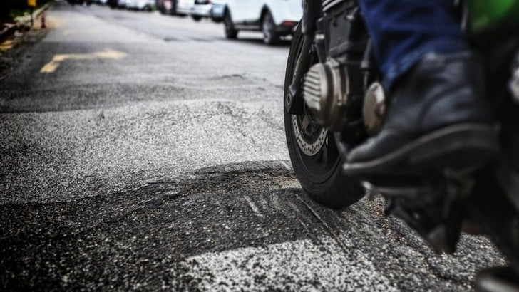 Motociclista investito, i soccorritori lo derubano: è una nuova truffa