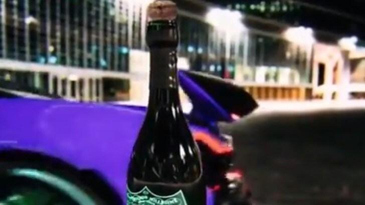 McLaren P1 apre lo champagne Dom Perignon con l'alettone: il video