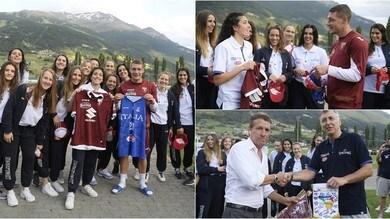 Belotti regala la maglia del Torino alle ragazze della Nazionale U20 di basket
