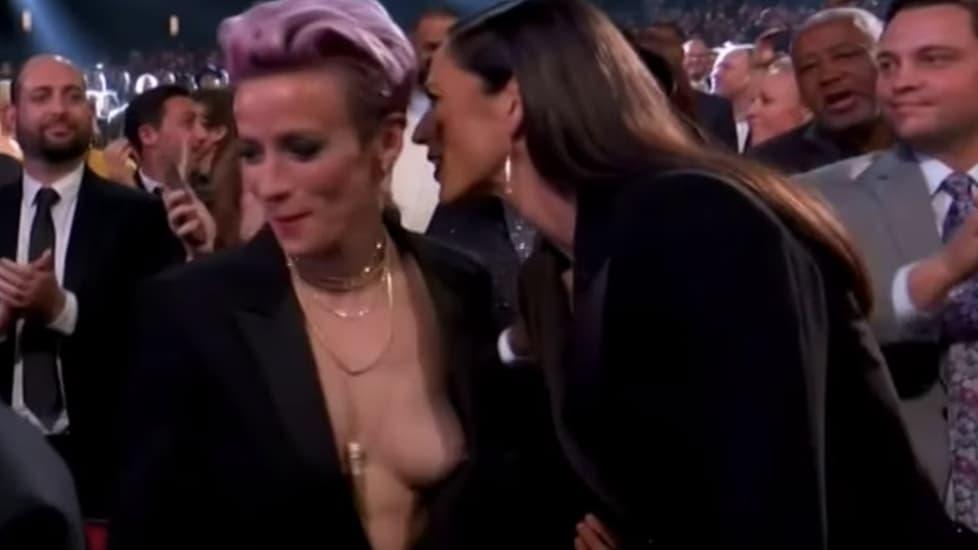 <p>La stella della nazionale statunitense campione del mondo femminile protagonista involontaria di un incidente hot durante una serata in tv assieme alle compagne di squadra</p>