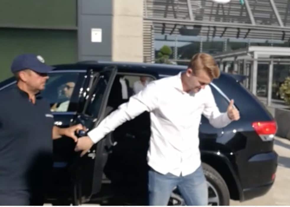 Juventus, De Ligt arriva al JMedical, delirio dei tifosi