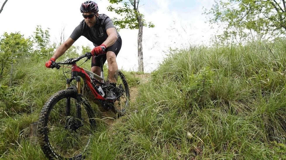 Si tratta di una MTB realizzata da Borgo Panigale in partnership con Thok. Tra le sue caratteristiche principali, la pedalata assistita, la componentistica di qualità, le prestazioni da vera enduro e un peso di 22,5 kg