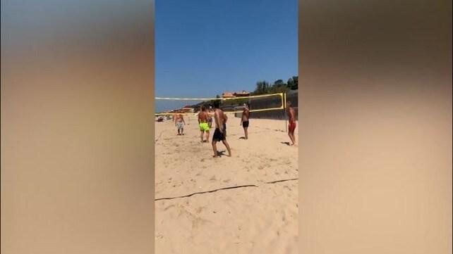 Ilary Blasi lancia una sfida ai turisti in spiaggia