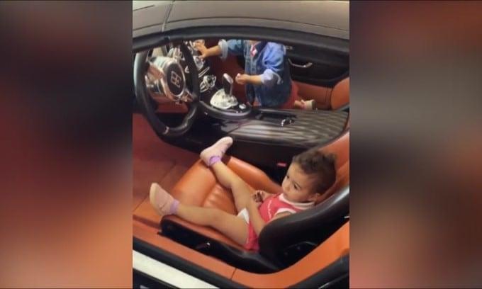 CR7, i bimbi sull'auto di papà