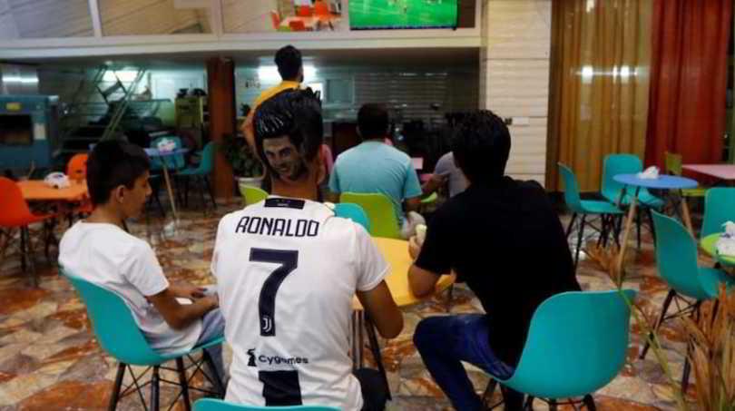 """Il barbiere iraniano che """"disegna"""" Cristiano Ronaldo in testa: un trionfo"""