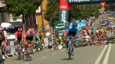 Vuelta, maxi-caduta all'ultimo chilometro!