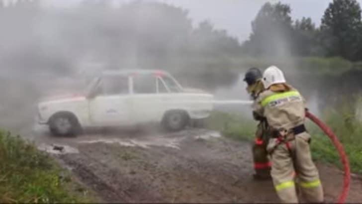 L'autolavaggio estremo con la cisterna dei pompieri VIDEO