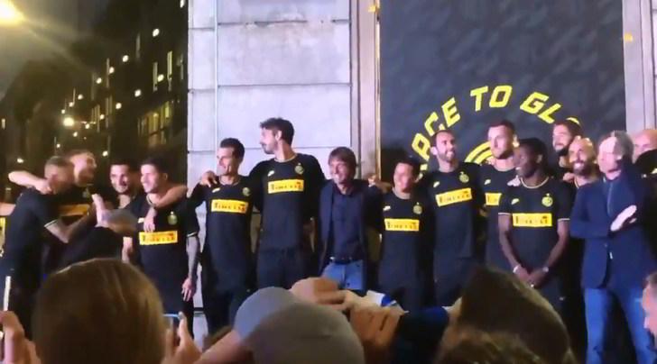 """Tifosi Inter: """"Chi non salta bianconero è"""". Conte resta fermo"""
