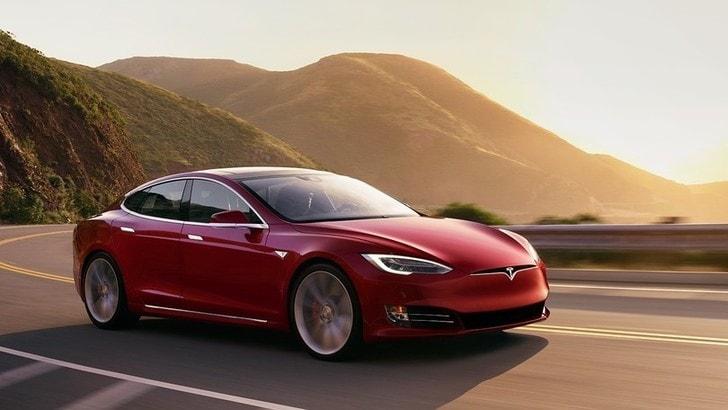 Tesla Model S, Plaid per battere Porsche Taycan