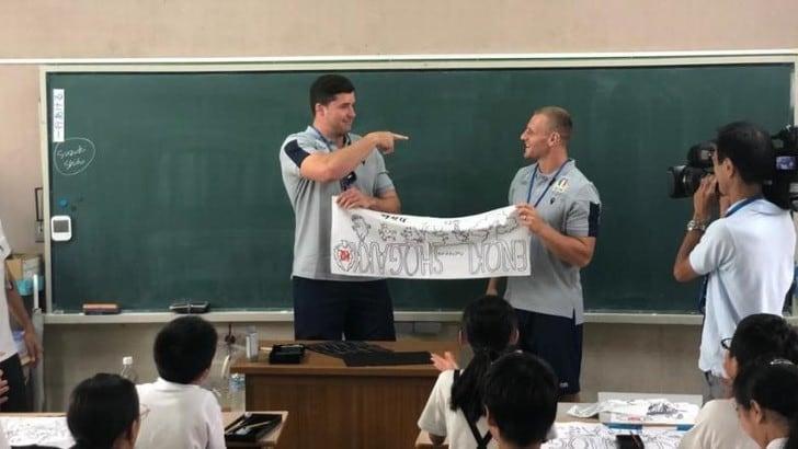 Rugby, gli azzurri fanno visita ai bambini di una scuola in Giappone