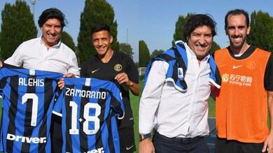 Inter, visita speciale di Zamorano: in posa con la maglia 1+8
