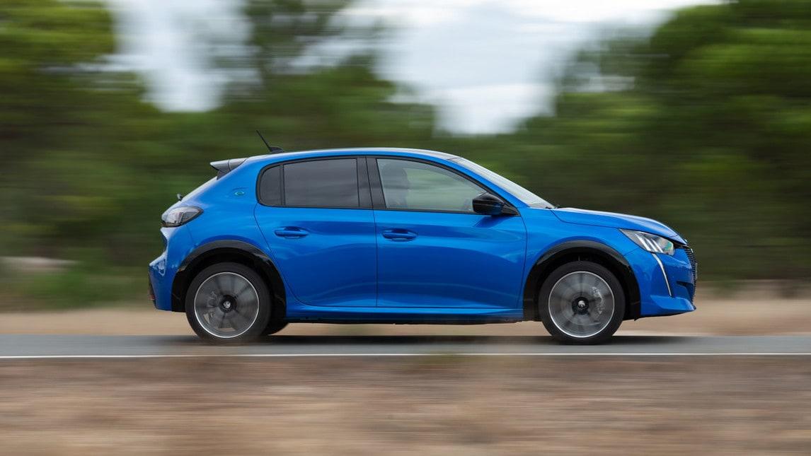 Peugeot e-208, la prova su strada: gli scatti