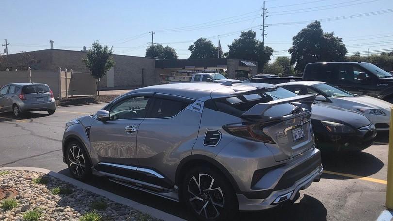 Toyota CH-R, spottato il tuning cromato