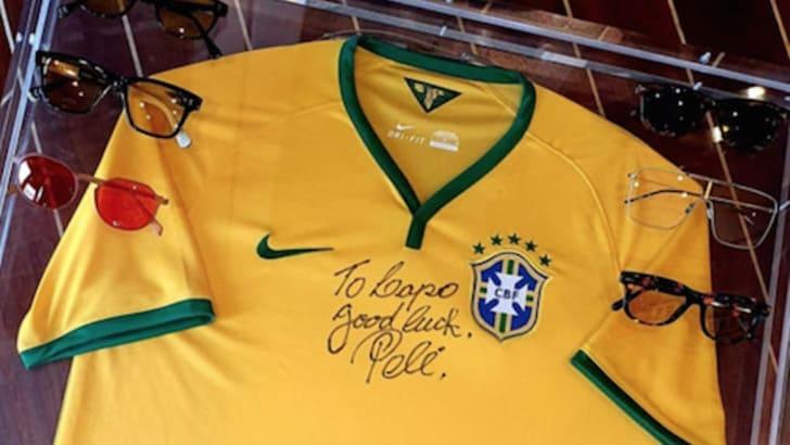 Lapo Elkann riceve la maglia autografata da Pelé