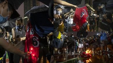 Hong Kong, dimostranti contro LeBron James: bruciate le sue maglie