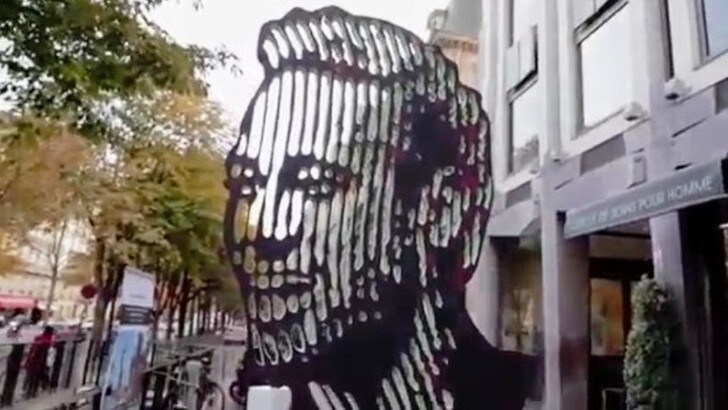 Una scultura per Neymar nel centro di Parigi per un mese