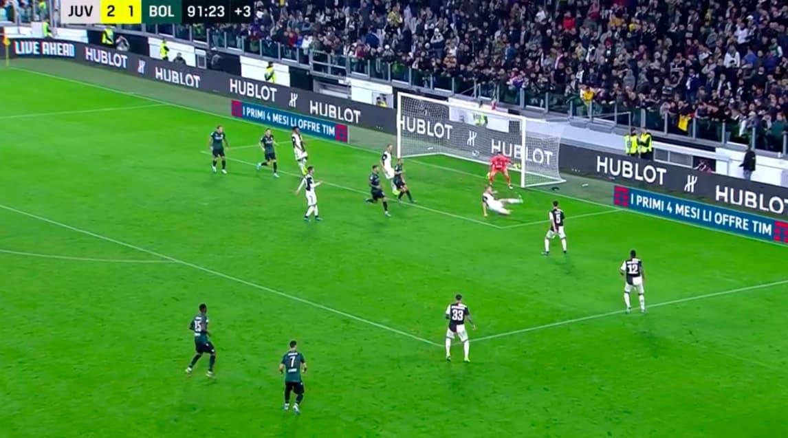 De Ligt tocca la palla di braccio in area, il Bologna chiede un rigore