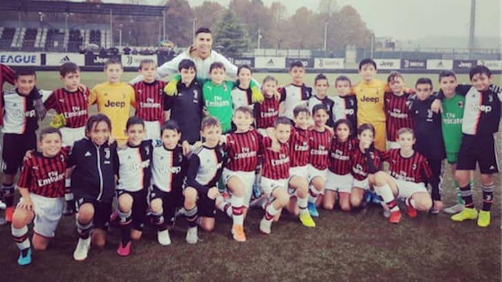 Cristiano Ronaldo a Vinovo per il figlio Cristianinho: alla fine è selfie tra Juve e Milan