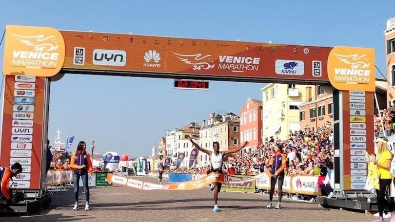 Lencho Tesfaye Anbesa e Judith Korir dominano la 34^ Huawei Venicemarathon