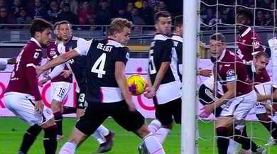 Palla sul braccio di De Ligt in area, il Torino chiede un rigore