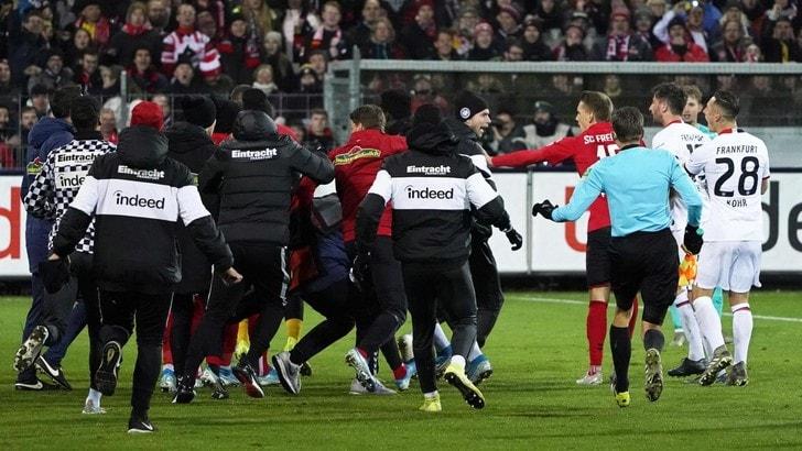 Friburgo-Eintracht, stende l'allenatore e scatta la rissa: sette turni di squalifica