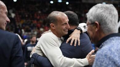 Allegri al Forum per l'Olimpia Milano: che abbraccio con Stankovic!