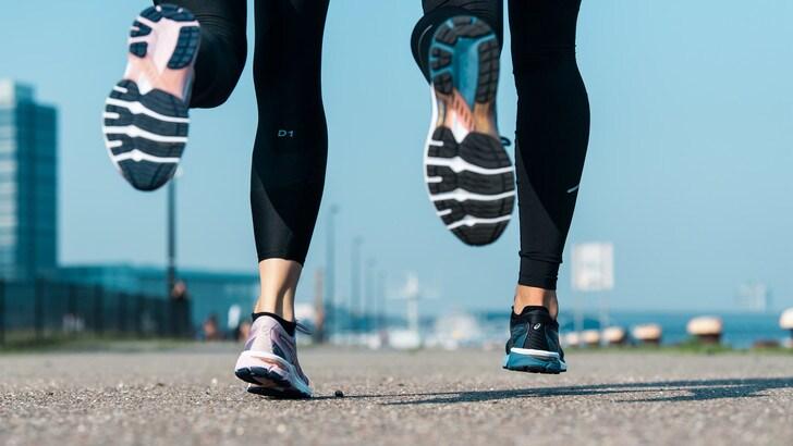 ASICS veste di nuovo la GT-2000 8, una delle sue scarpe più famose