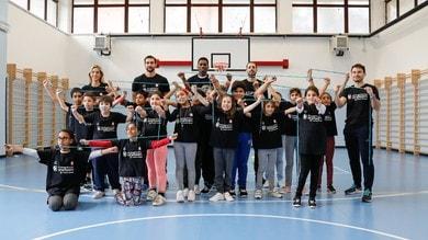 I giocatori dell'Olimpia si allenano con con i bambini della 4C della scuola primaria Baroni