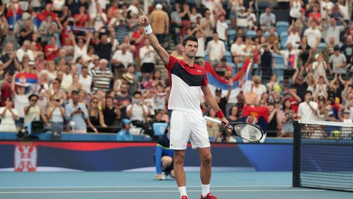 Djokovic straordinario, batte Shapovalov e porta la Serbia in semifinale dell'Atp Cup