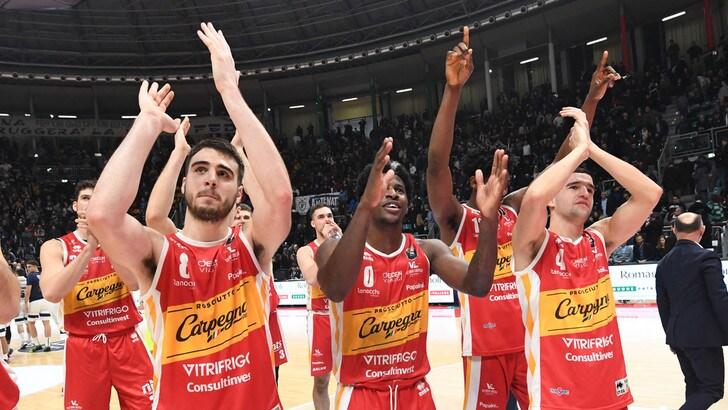 Pesaro alla prima vittoria. Brescia, sesto successo di fila