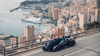 Lamborghini Veneno Roadster, modello nero e verde lime da asta