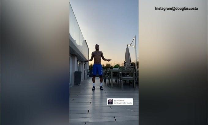 Quarantena Juve, Douglas Costa salta la corda per allenarsi