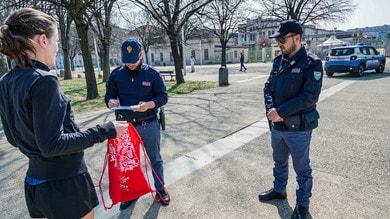 Coronavirus, runner controllati dalla Polizia nei parchi a Torino e Milano