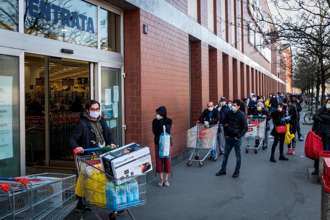 Coronavirus, code dall'alba nei supermercati